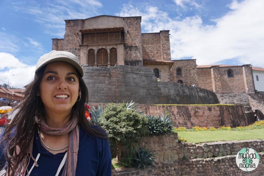 Gaby posando frente a una iglesia en el Cusco, construida sobre los cimientos incas