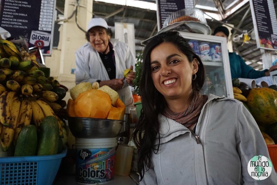 Gaby sonriente porque se va a tomar un rico jugo. La señora que los prepara también está contenta!
