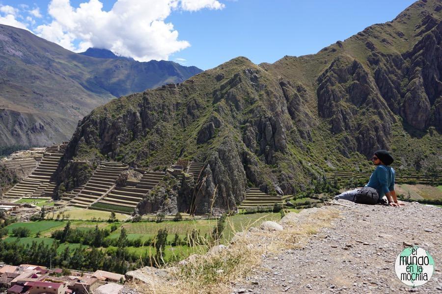 Peter observa las ruinas de Ollantaytambo desde el cerro de enfrente