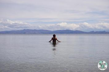 Peter bañándose en la Isla del Sol, en el Lago Titicaca