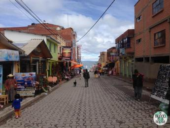 La calle principal de Copacabana (Bolivia)