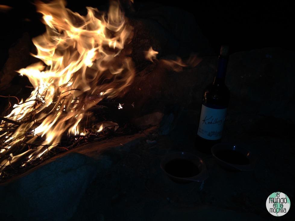 Fuego y una botella de vino boliviano para pasar la noche