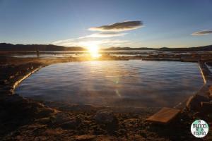 salar-uyuni-reserva-eduardo-avaroa-aguas-termales-amanecer-sol