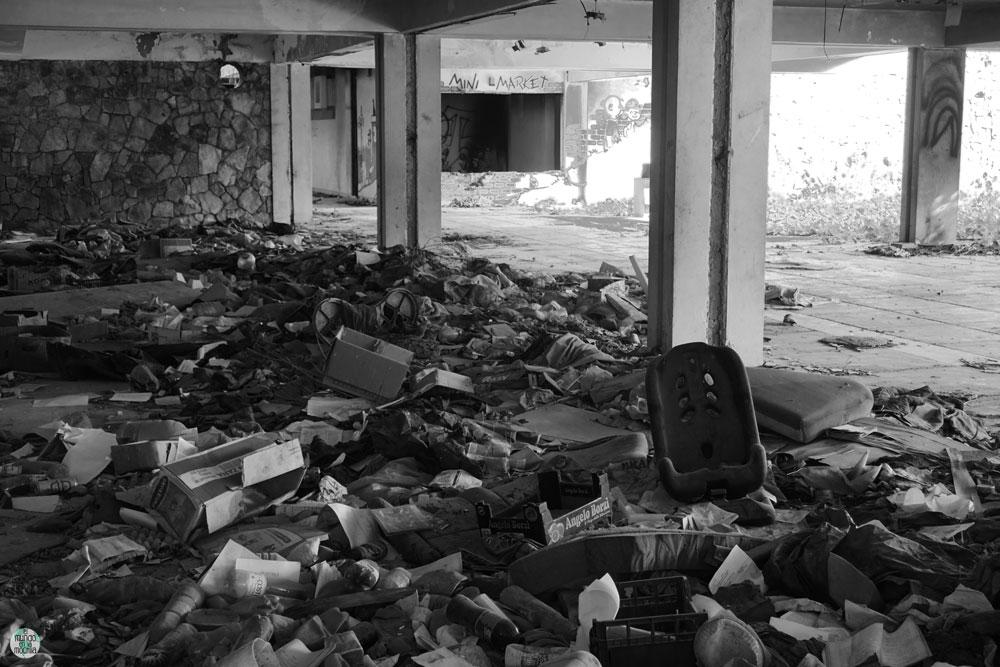 Escombros en hotel abandonado