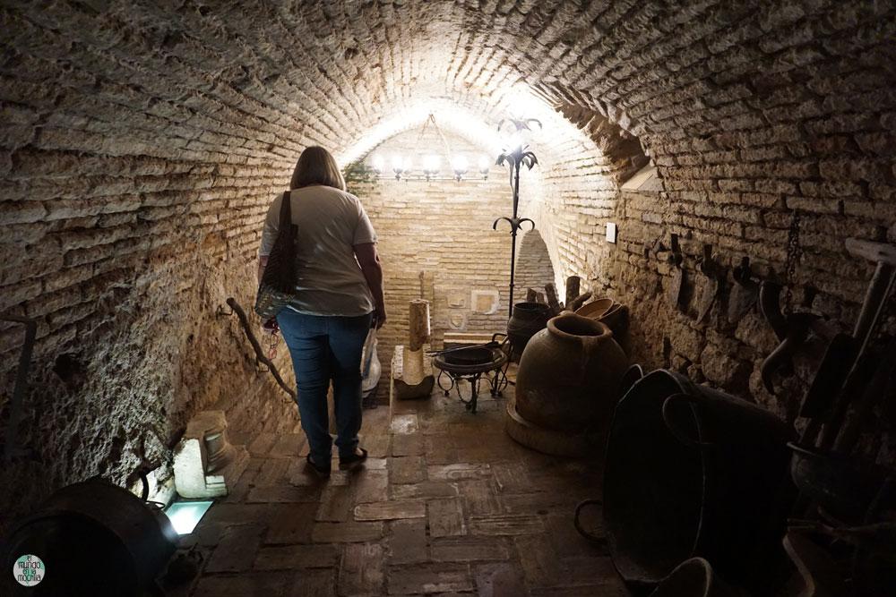 Persona entrando al sótano antiguo de la casa Al-Adalusí