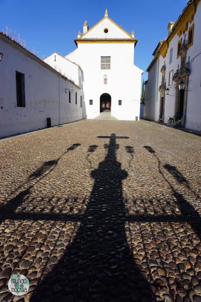 Sombra proyectada por el Cristo de los Faroles en Córdoba, España