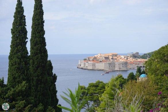 Dubrovnik a la distancia con el medio del mar
