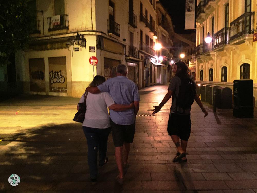 Los padres de Peter y Peter caminando en una calle iiluminada por la noche