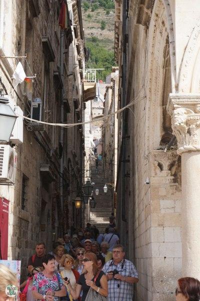 Multitud de gente caminando en una calle angosta en Dubrovnik