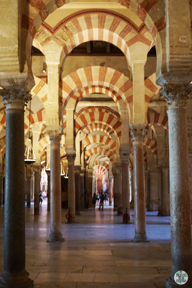 Columnas y arcos dentro de la Mezquita-Catedral de Córdoba