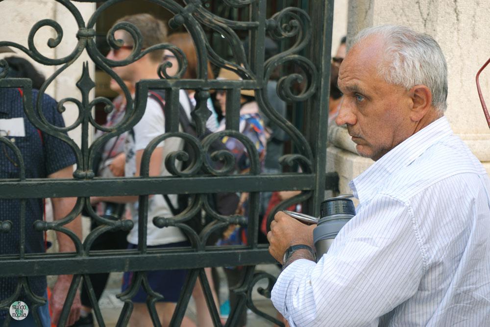 Un habitante de Dubrovnik viendo la gente pasar