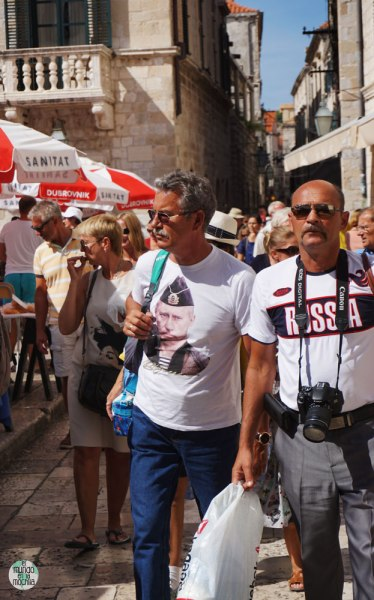 Dos hombres con camisetas de Putin y Russia en Dubrovnik