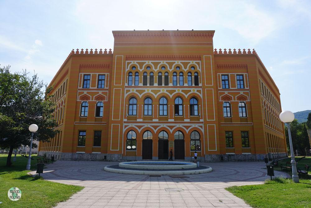 El Gimnazija es uno edificios reconstruido en la plaza Spanski