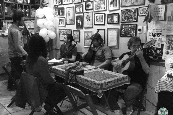 Músicos de samba en el Bip Bip de Rio de Janeiro