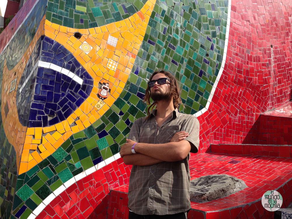 Peter elmundoenlamochila con bandera de Brasil en las escaleras de Senaron