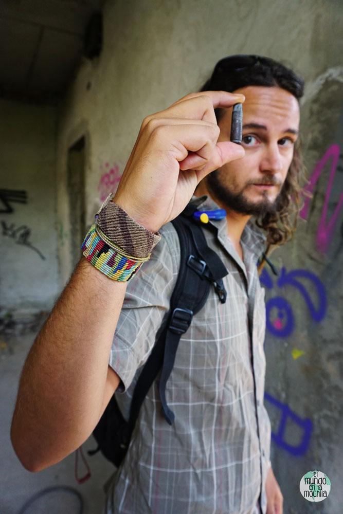 Peter sostiene una bala en las ruinas de un edificio de Bosnia
