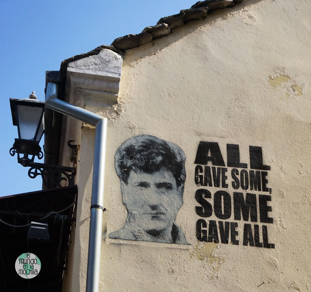 "Stencil sobre una pared de Mostar ""All gave some. Some gave all"""