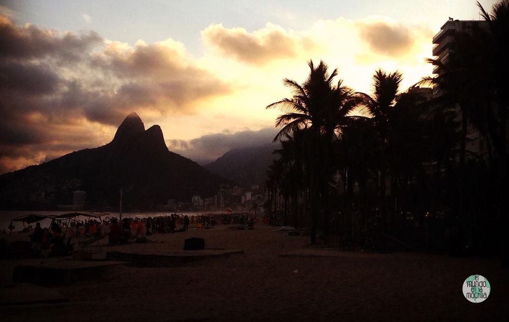Puesta de sol en Ipanema, con el morro dos irmaos de fondo