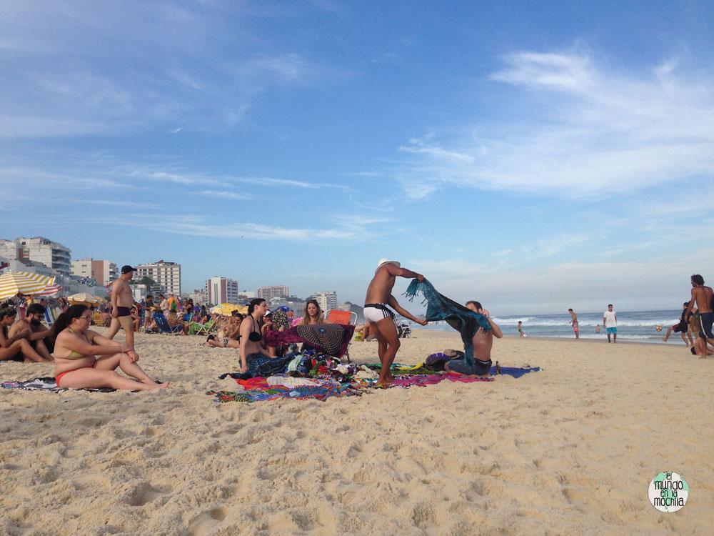 Vendedor de pareos en la Playa de Ipanema de Rio