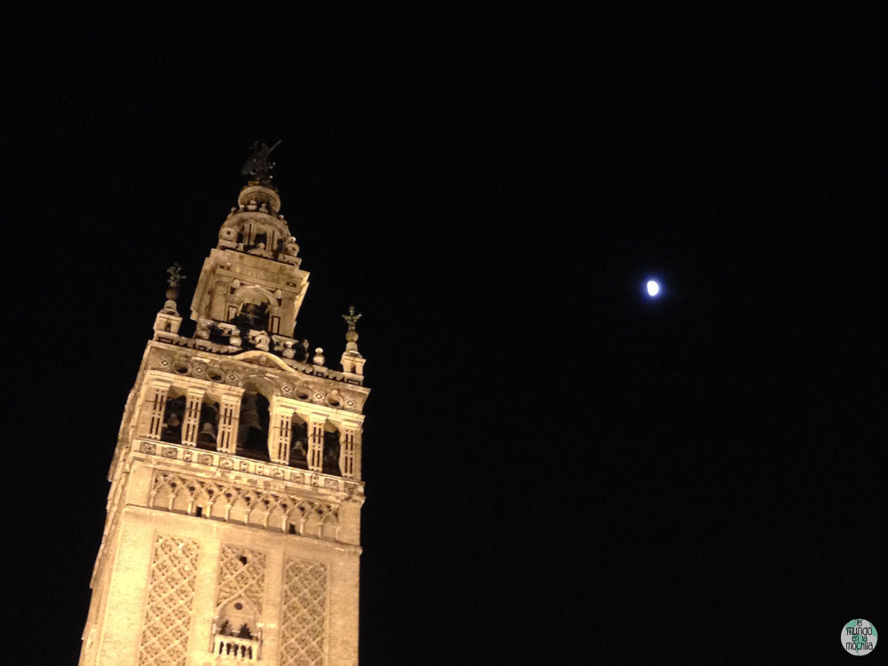 La Giralda, el campanario de la catedral en la noche, con la luna en el cielo