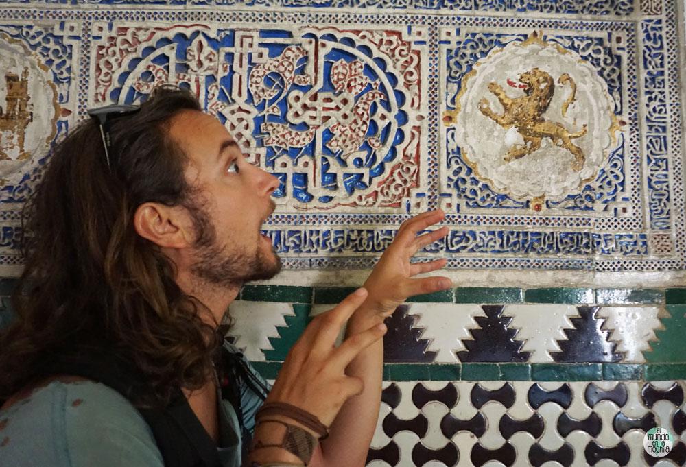 Peter haciendo la mímica de un león que está en una cerámica del Alcazar Real en Sevilla