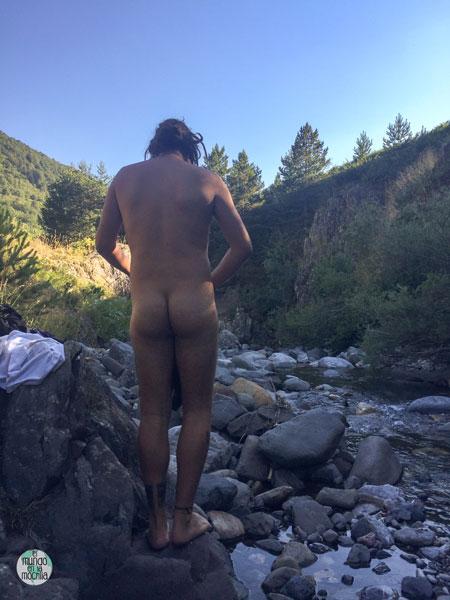 Peter desnudo antes de meterse al río a lavarse