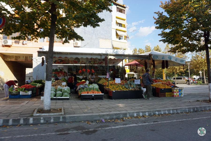 Tienda de frutas y verduras en las afueras de Tirana, Albania