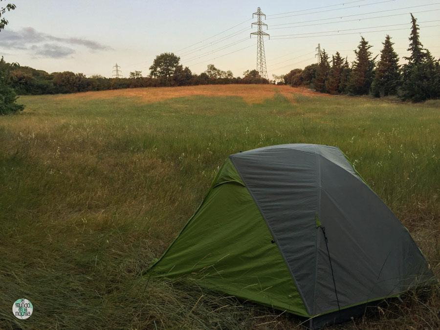 Nuestra carpa, la tienda de campaña Kelty TN2, en un campo