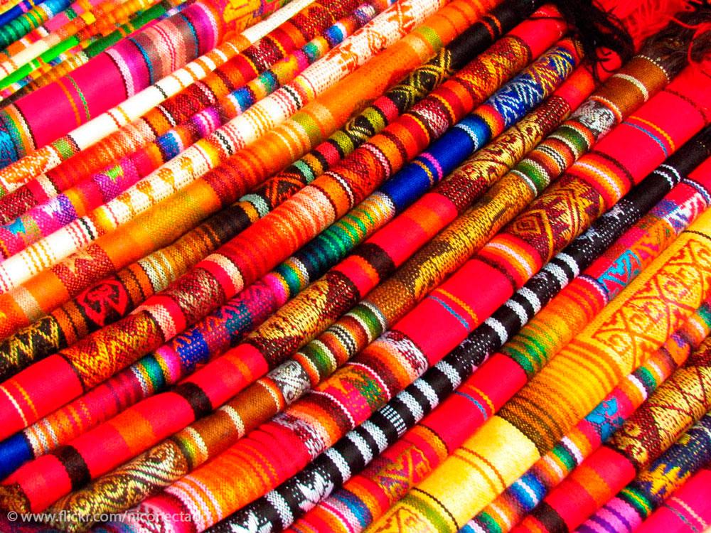 Telas en el mercado de Otavalo, Ecuador - Los 10 mejores destinos mochileros de Sudamérica