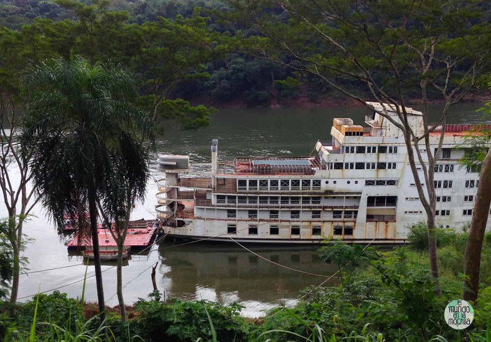 Barco abandonado en Puerto Iguazú, Argenitna - Los 10 mejores destinos mochileros de Sudamérica
