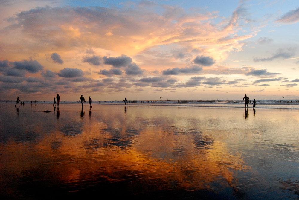 Puesta de sol en Montañita, Ecuador - Los 10 mejores destinos mochileros de Sudamérica