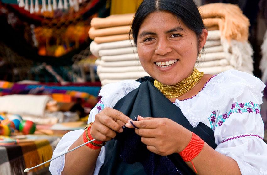 Joven quechua tejiendo en Otavalo, Ecuador - Los 10 mejores destinos mochileros de Sudamérica