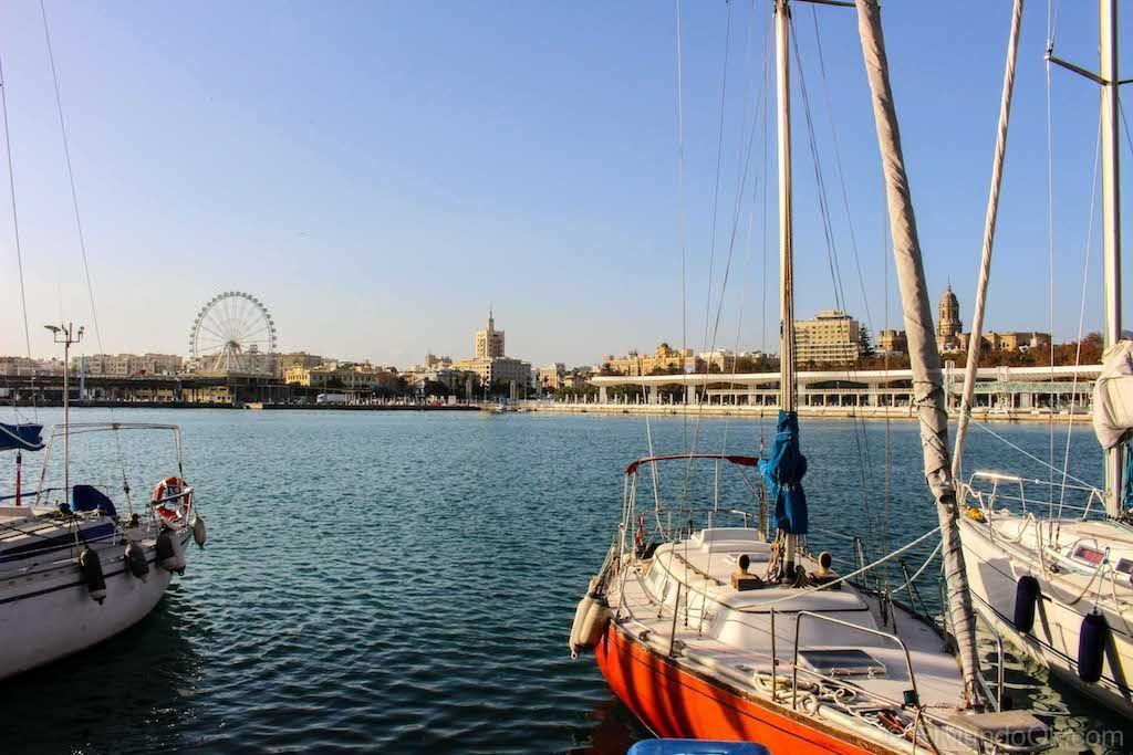 Muelle 1 del Puerto de Málaga (España) - Los 6 Faros de la Provincia de Málaga.