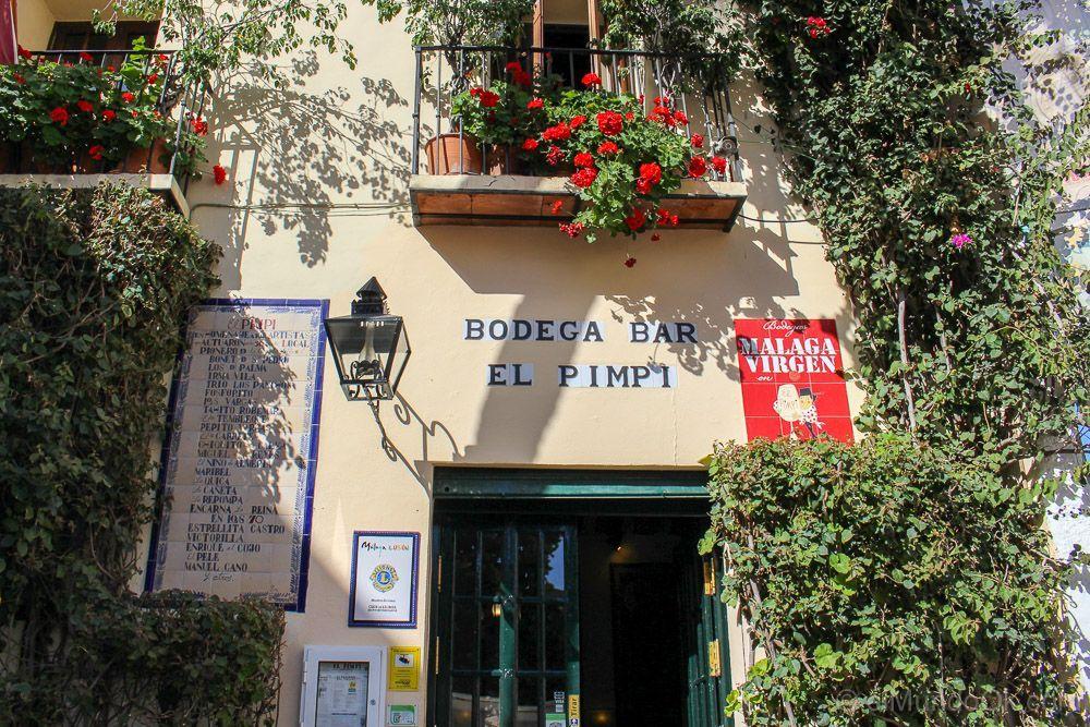 Entrada a la Bodega Bar El Pimpi.