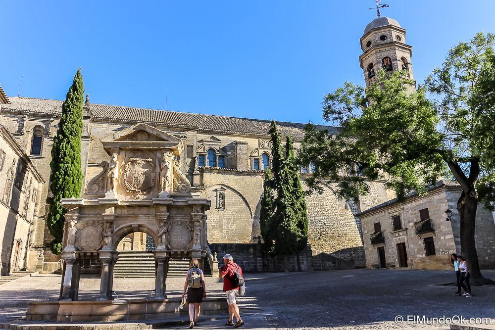 Plaza de Santa María. Catedral y Fuente en Baeza (España).
