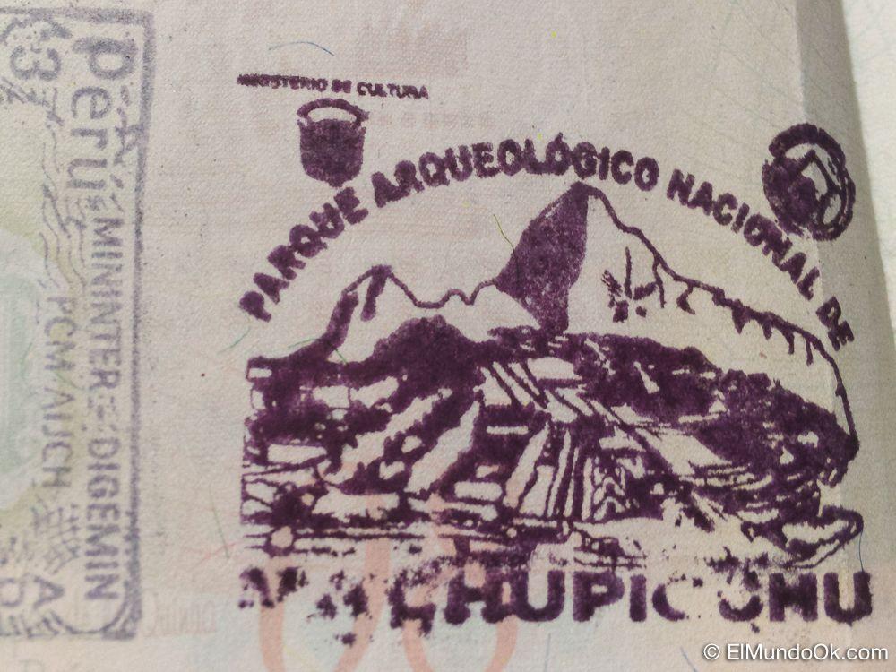 Estampa de Machu Picchu en el pasaporte.