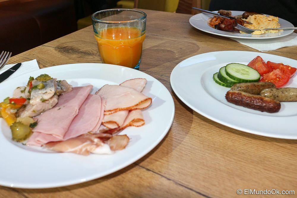 Variedad en el desayuno buffet del hotel Scandic Berlin Kurfürstendamm.