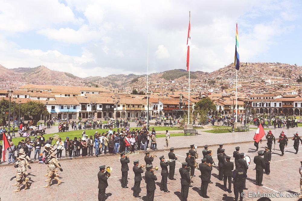 Desfile miliar en la Plaza de Armas de día en Cusco.