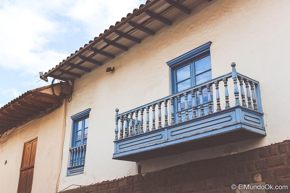 Un balcón colonial en alguna calle de Cusco.