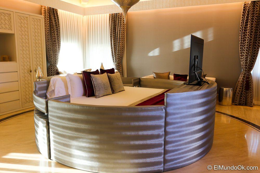 """La Suite """"Circular"""" es muy original. Tiene una cama redonda abrazada por cuatro medias lunas que son sofás, cabecero y soporte para TV. Gran Hotel Miramar."""