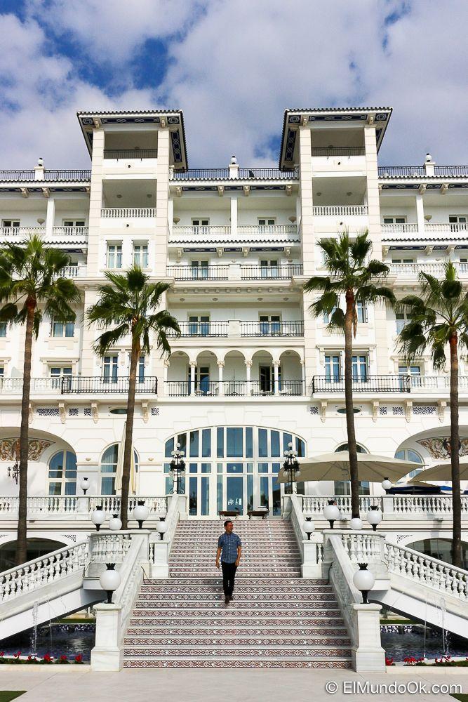 El Gran Hotel Miramar desde el mar mediterráneo.