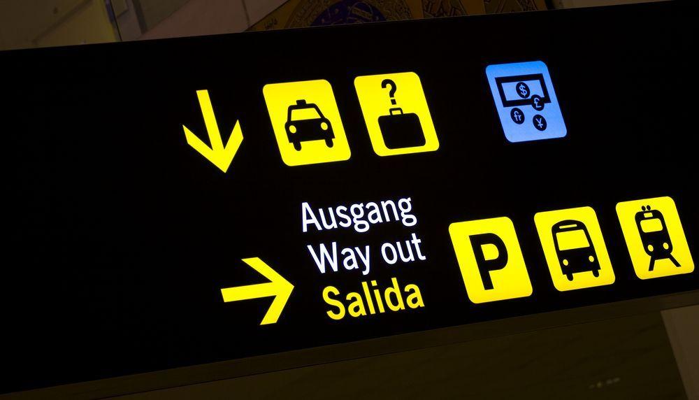 Sañalización de taxi, autobús y estación de tren en el Aeropuerto de Málaga.