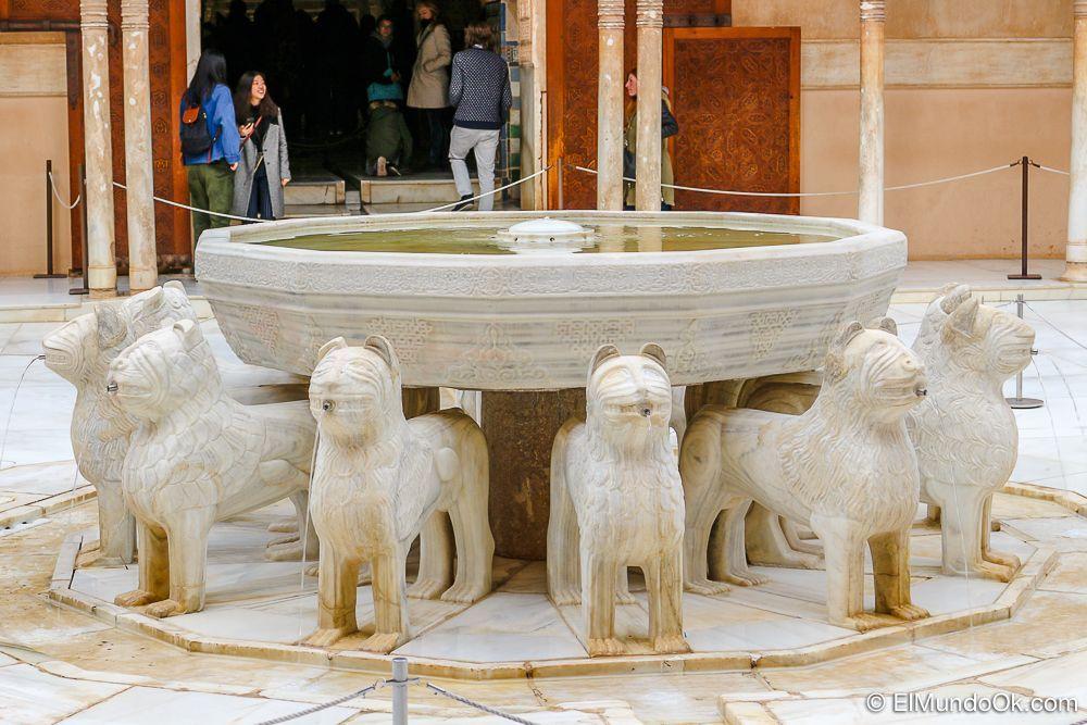 Fuente de los Leones en el Palacio de los Leones, la Alhambra en Granada.