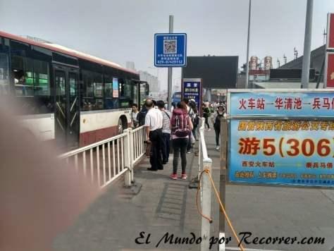 Parada de autobús para ir al museo de los Guerreros desde la estación de tren
