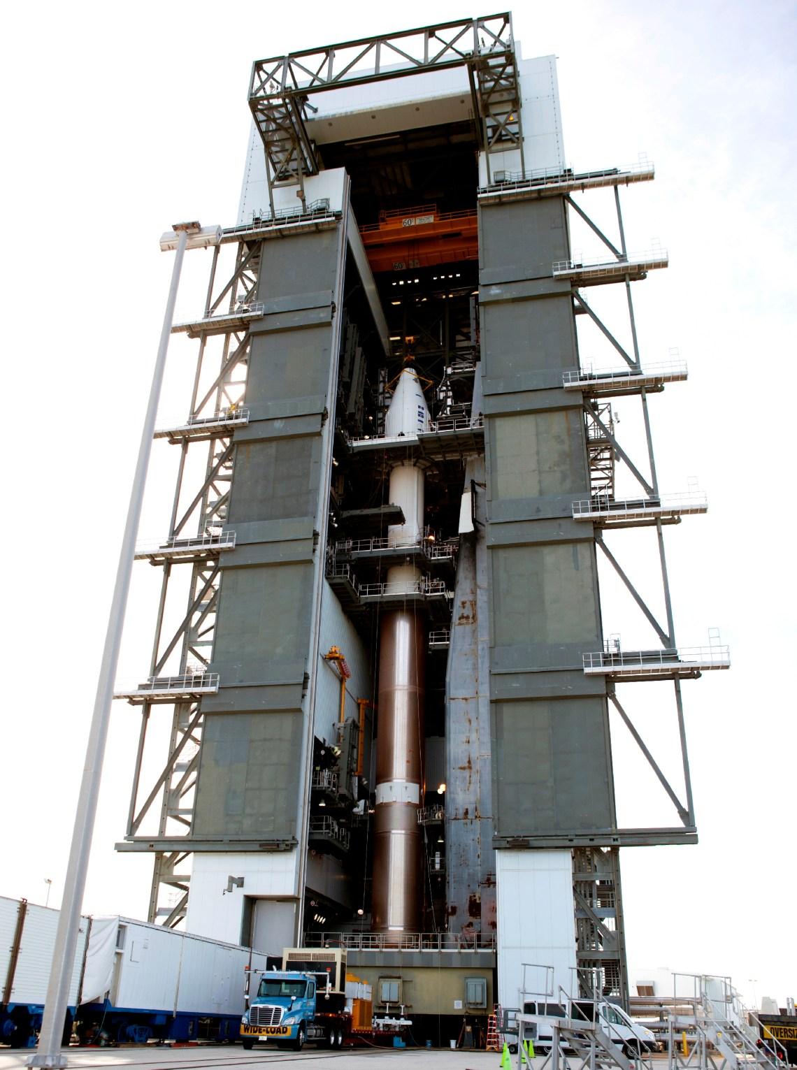 El satélite TDRS-L encima del cohete Atlas V