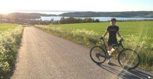 Elna Dahlstrand på cykel vid Landsjön