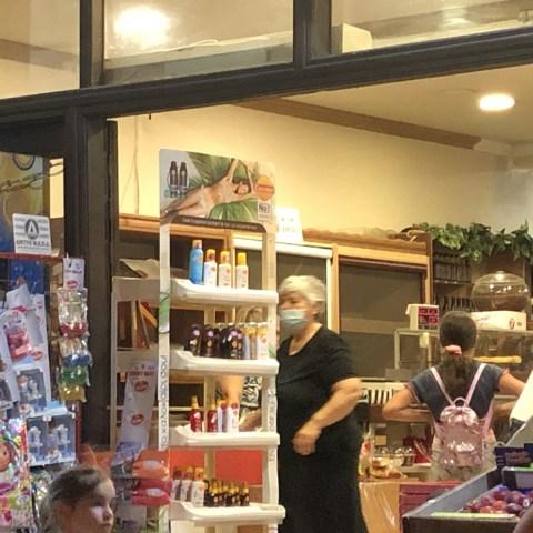 Κυρία με μάσκα σε μίνι μάρκετ
