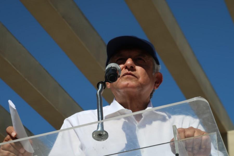Anuncia AMLO que tiene el oficio donde fue exonerado Moreira por orden de Calderón