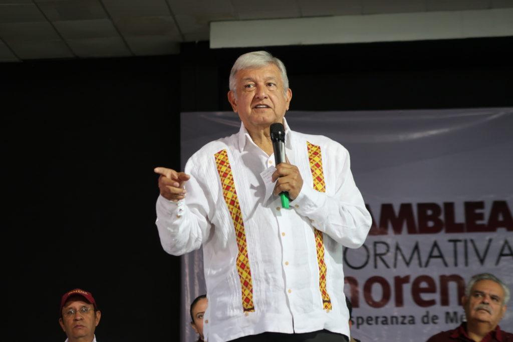 Salinas y Peña pelean por elegir a sus candidatos a la Presidencia de México, asegura AMLO