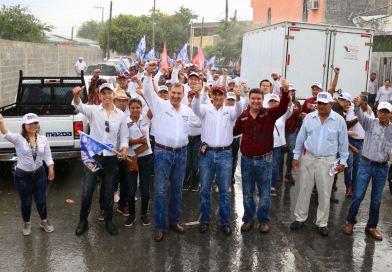 Bajo la lluvia Ramón Garza Barrios  recorre la colonia Américo Villarreal
